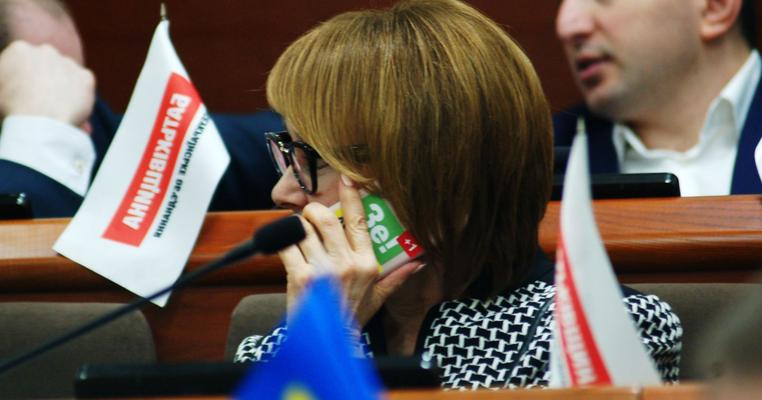 """Хто в Київраді """"поЗе!ленів"""": члени однієї з фракцій мають наліпки на телефонах (оновлено)"""