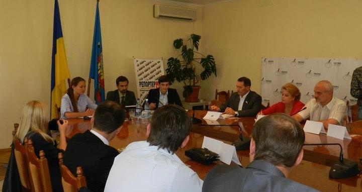 """Фото: В Луганську представники політичних сил дискутували на """"Дебатному клубі ЧЕСНО"""""""
