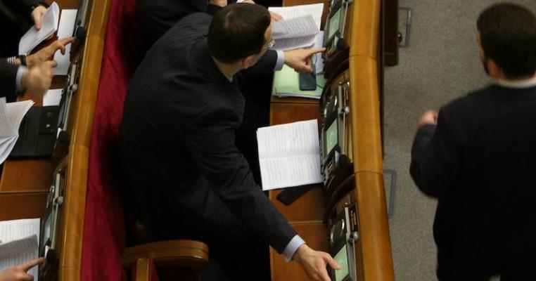 Депутат-регіонал голосує за двох колег