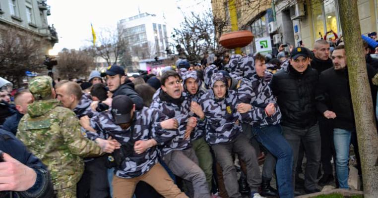 """Фото: Автобуси з """"тітушками"""" та бійка з """"Нацкорпусом"""": передостанній агітаційний тиждень на Прикарпатті"""