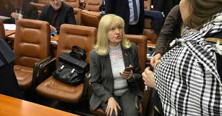Депутатка дала матдопомогу помічникові, який придбав у неї майно