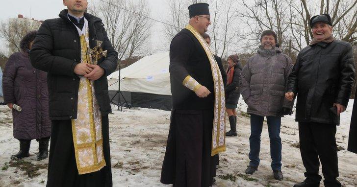 Фото: Депутати виганяють забудовника хрестом та кадилом