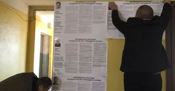 На дільниці в Бучі переклеюють плакати з кандидатами