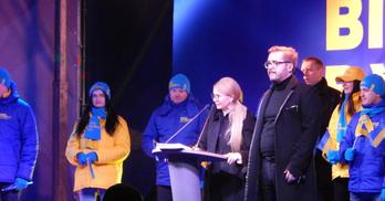 Тимошенко в Бучі: завезені шанувальники та неадекватні однопартійці