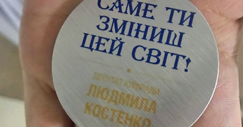 Піар на випускниках: депутатка Костенко вручила всім медалі зі своїм ім'ям