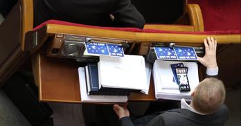 """Нардепи з ОПЗЖ сконструювали """"пристрій"""" для кнопкодавства (ВІДЕО)"""