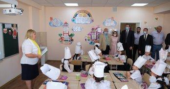 Коронавірус і День знань: політичні промови та подарунки школярам